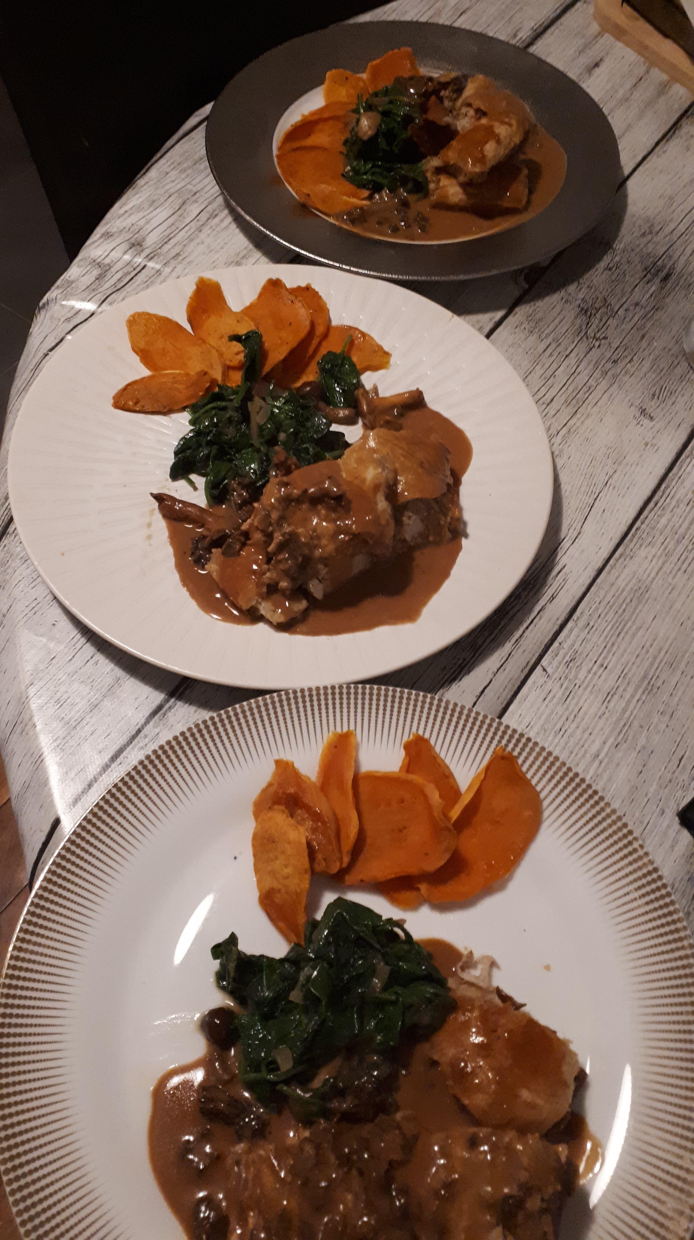 Filet mignon de veau en croûte farci aux champignons,garniture de légumes, sauce morilles.