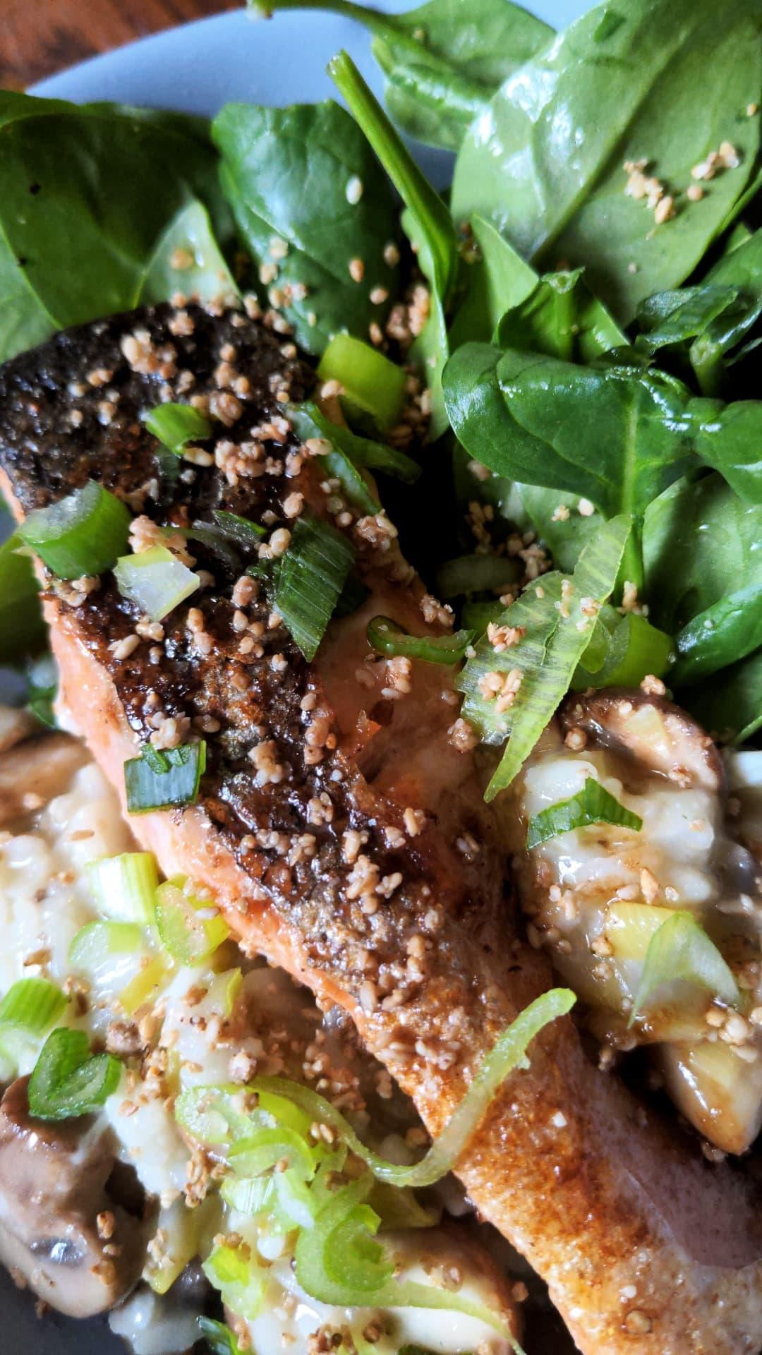 Saumon laqué & Risotto aux champignons. Salade d'épinards au gomasio et sésame